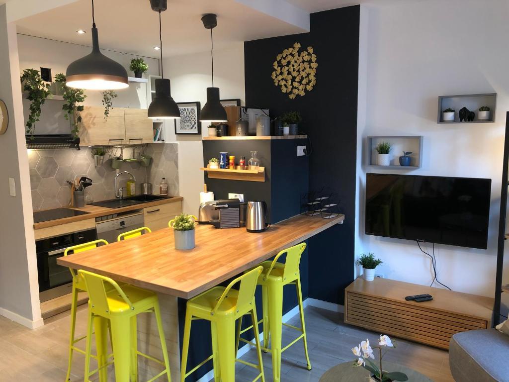 A kitchen or kitchenette at Le Cocon Marseille city Joliette
