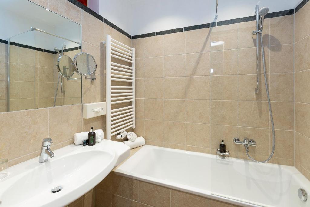 A bathroom at Hotel Hirsch