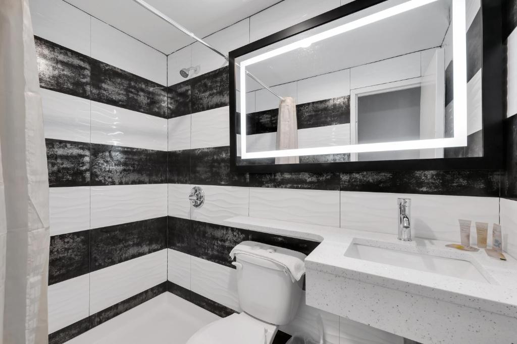 A bathroom at Hotel Mint JFK Airport