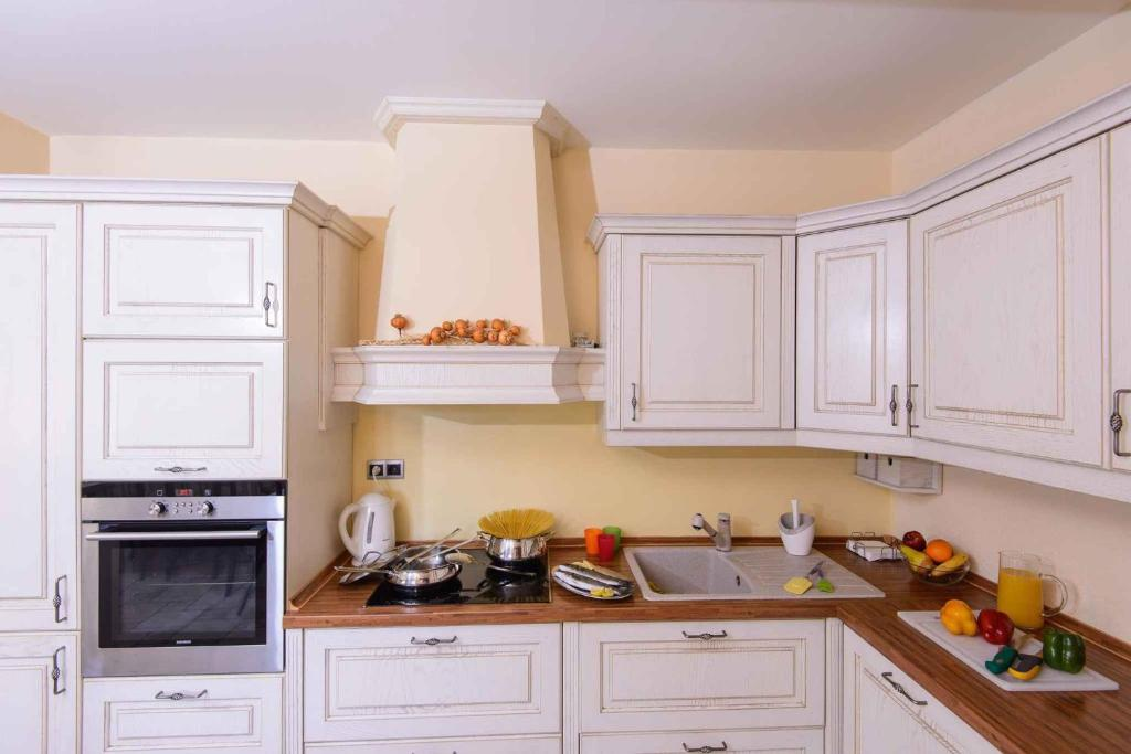 A kitchen or kitchenette at Holiday home in Mlini 6264