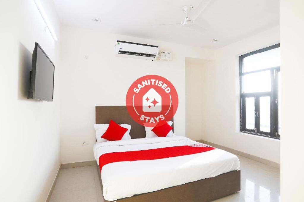A bed or beds in a room at Vaccinated Staff - OYO 61722 Rajmahal Residency Hotel