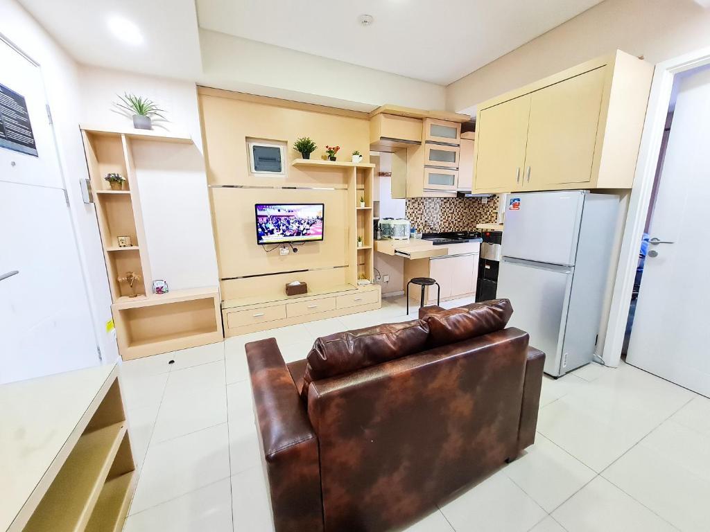 A kitchen or kitchenette at Aya Stays 3 at Parahyangan Residence