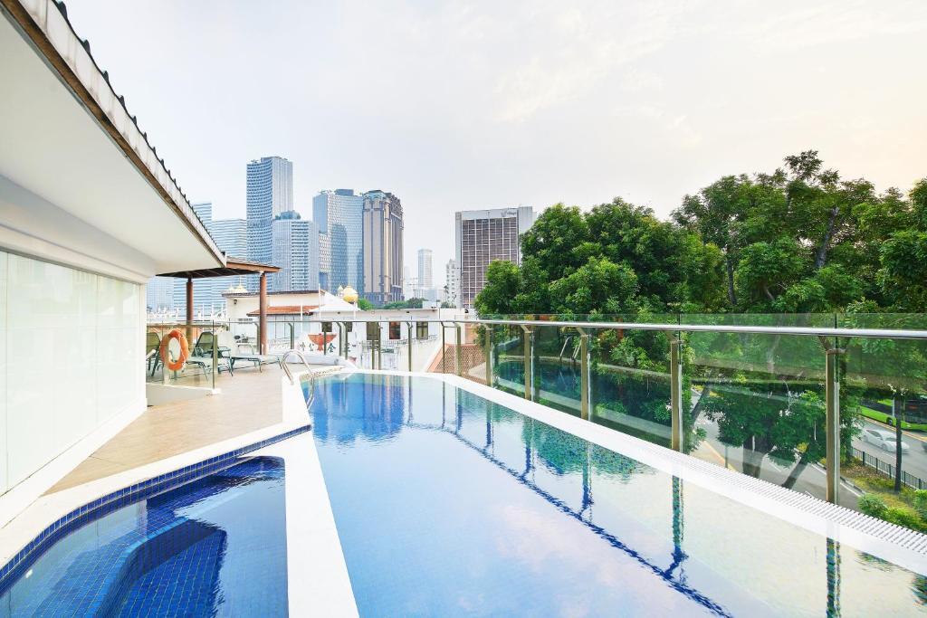 Der Swimmingpool an oder in der Nähe von Rest Bugis Hotel (SG Clean, Staycation Approved)