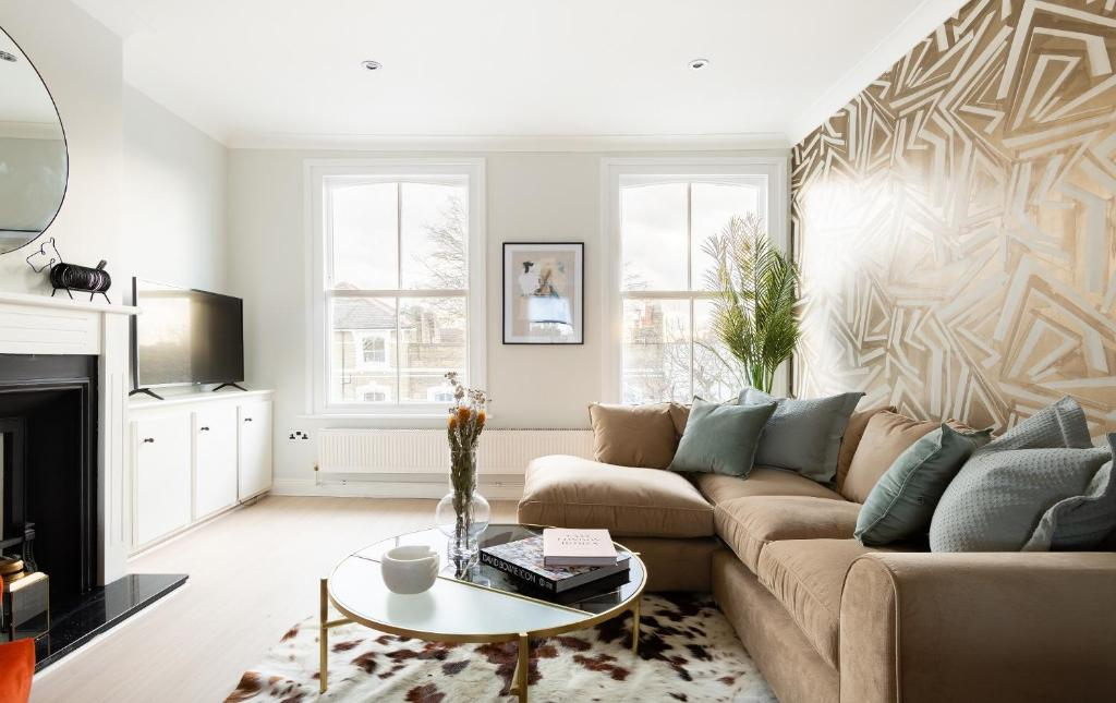 A seating area at The Stoke Newington Common - Modern & Bright 3BDR Apartment