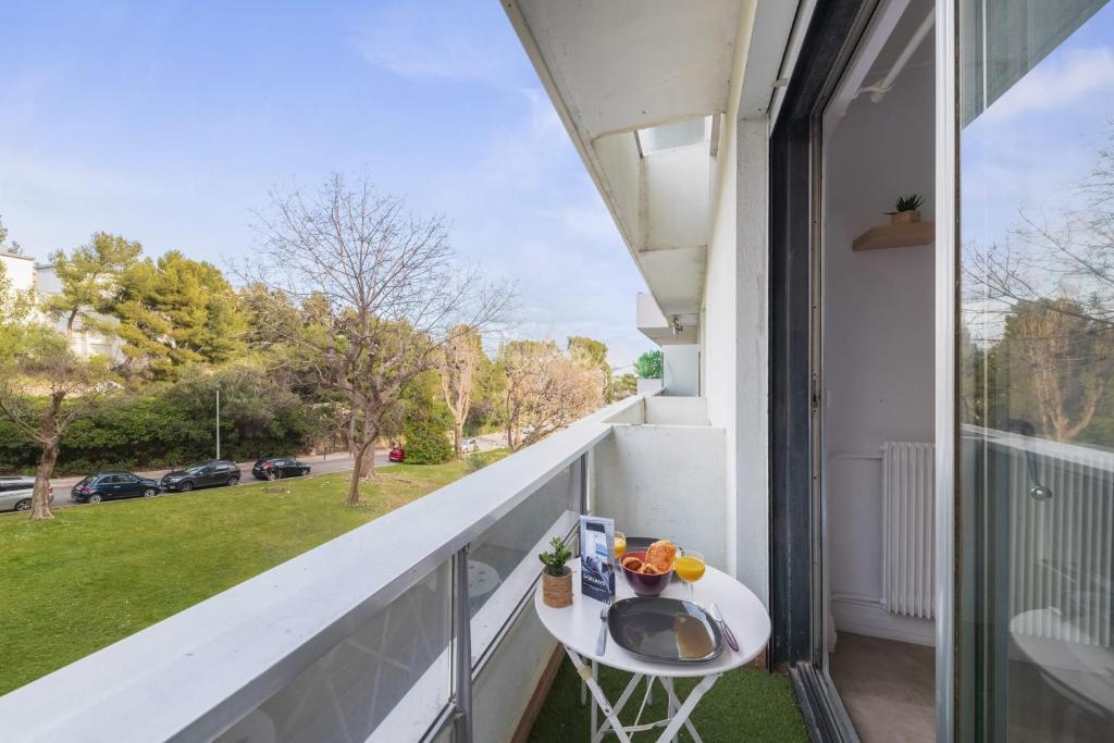 A balcony or terrace at Nice & calm studio w balcony at the heart of Prado in Marseille - Welkeys
