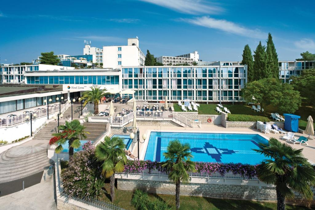 A view of the pool at Hotel Zorna Plava Laguna or nearby