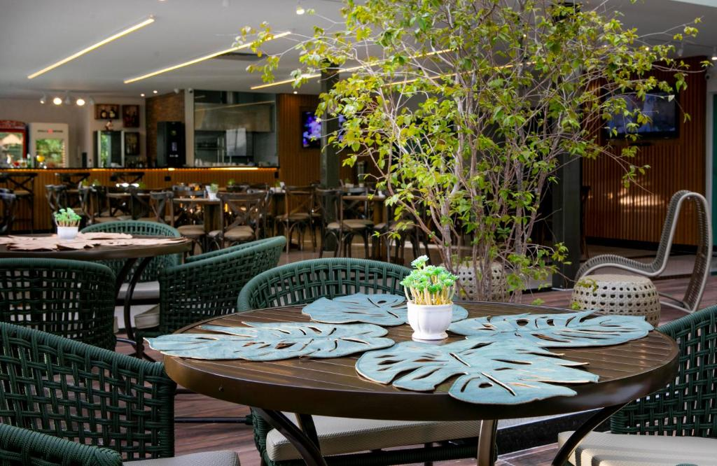 Um restaurante ou outro lugar para comer em Castelo Inn Hotel