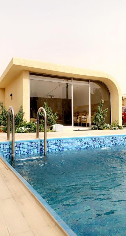 المسبح في شاليه العز أو بالجوار