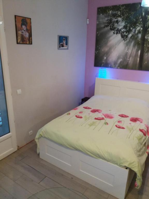 A bed or beds in a room at Petit studio parmi les pins et les cypres
