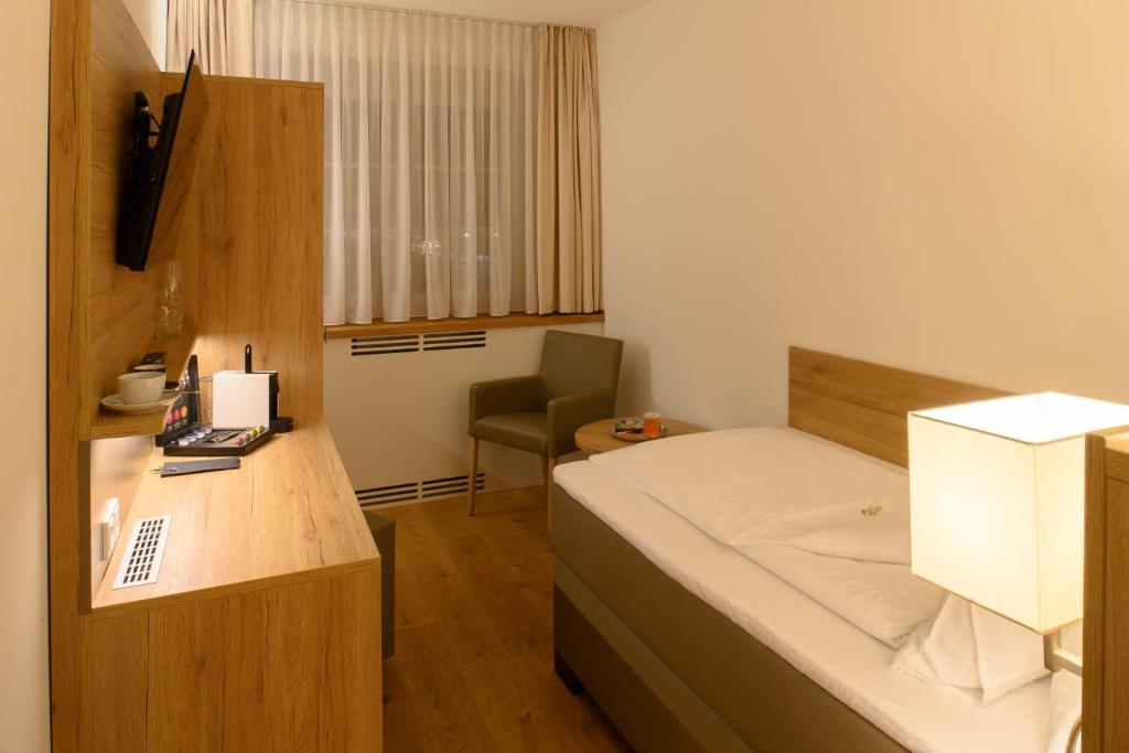 A bed or beds in a room at Landhotel Jagdschlösschen