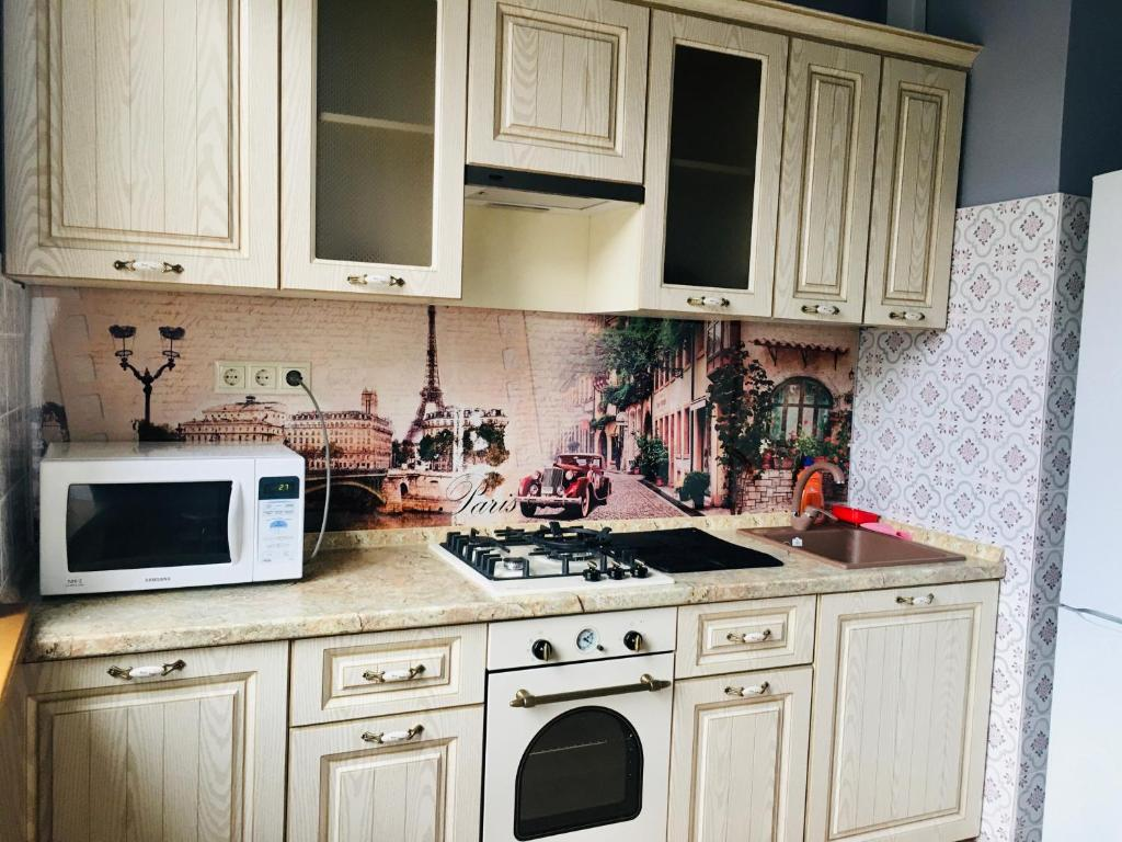A kitchen or kitchenette at Victory Park Apartments