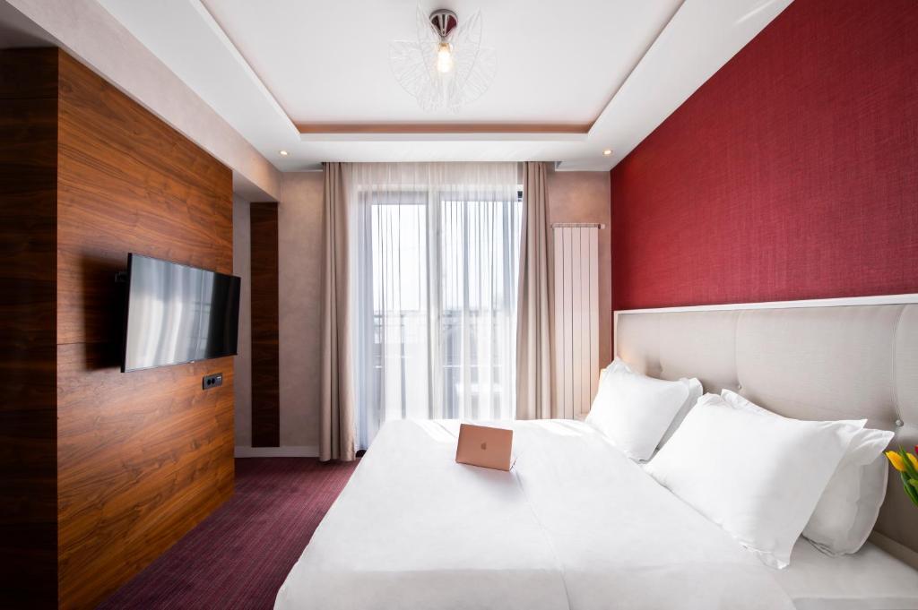 Кровать или кровати в номере Crystal Hotel