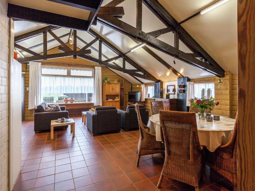Een restaurant of ander eetgelegenheid bij Cozy Holiday Home in Oisterwijk with Swimming Pool