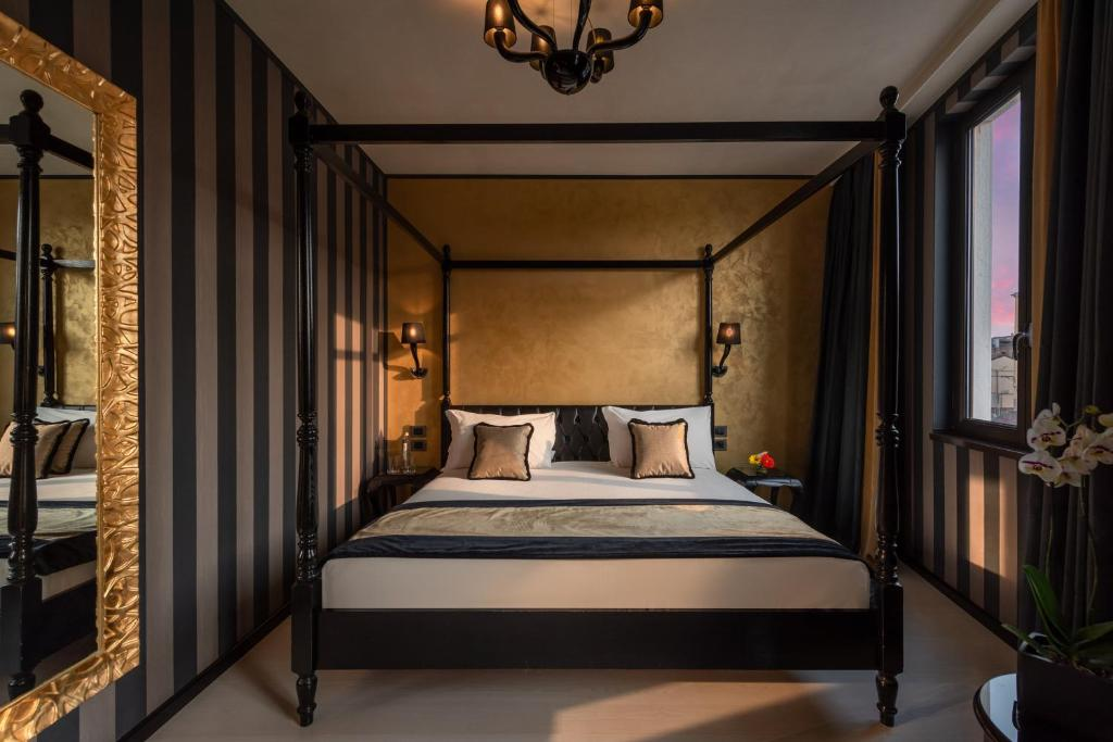 A bed or beds in a room at Carnival Palace - Venice Collection