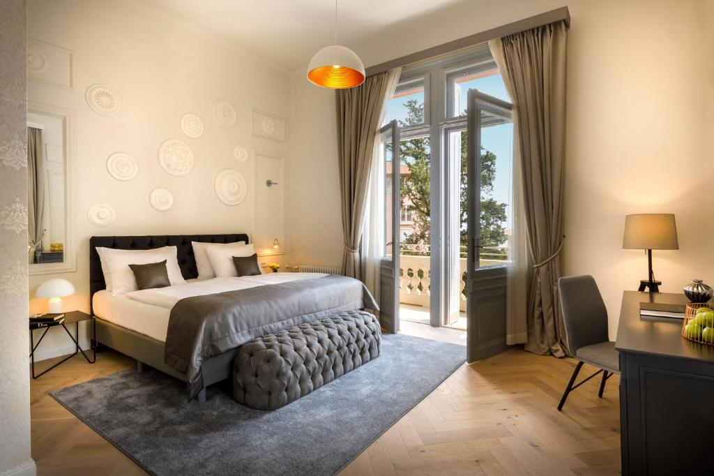 A bed or beds in a room at Heritage Hotel Imperial - Liburnia