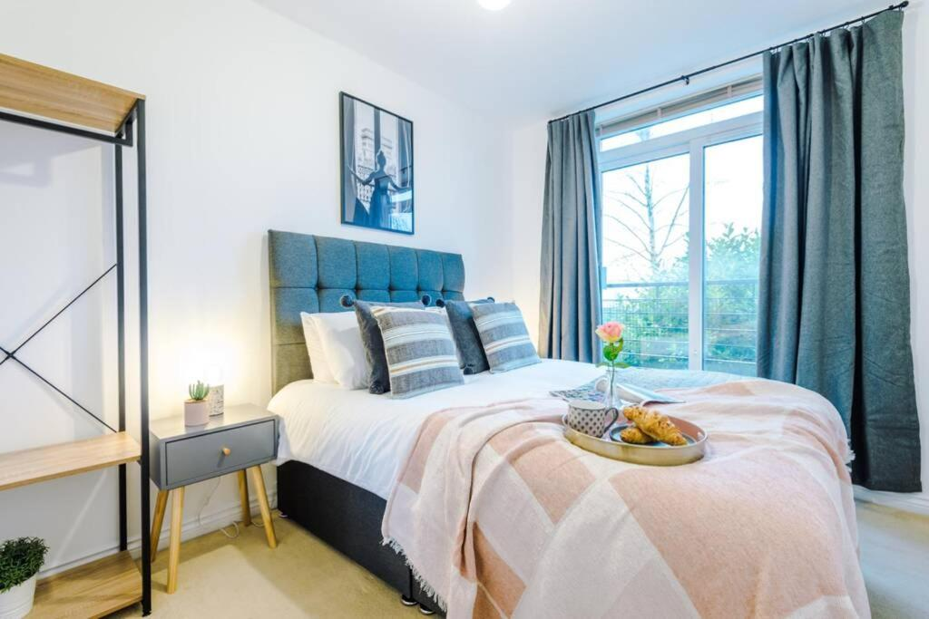 A bed or beds in a room at Elegant Serviced Apartment Near City Centre, Free Parking, Netflix, WiFi, Sleeps 5