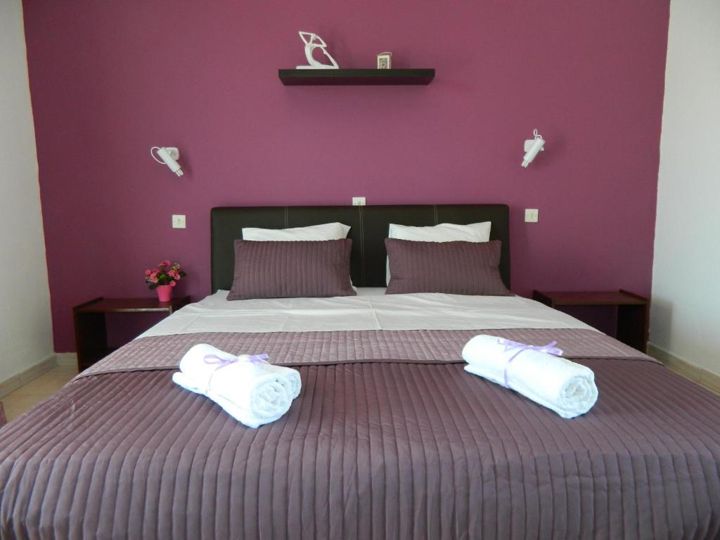 A bed or beds in a room at Roseberry Studios