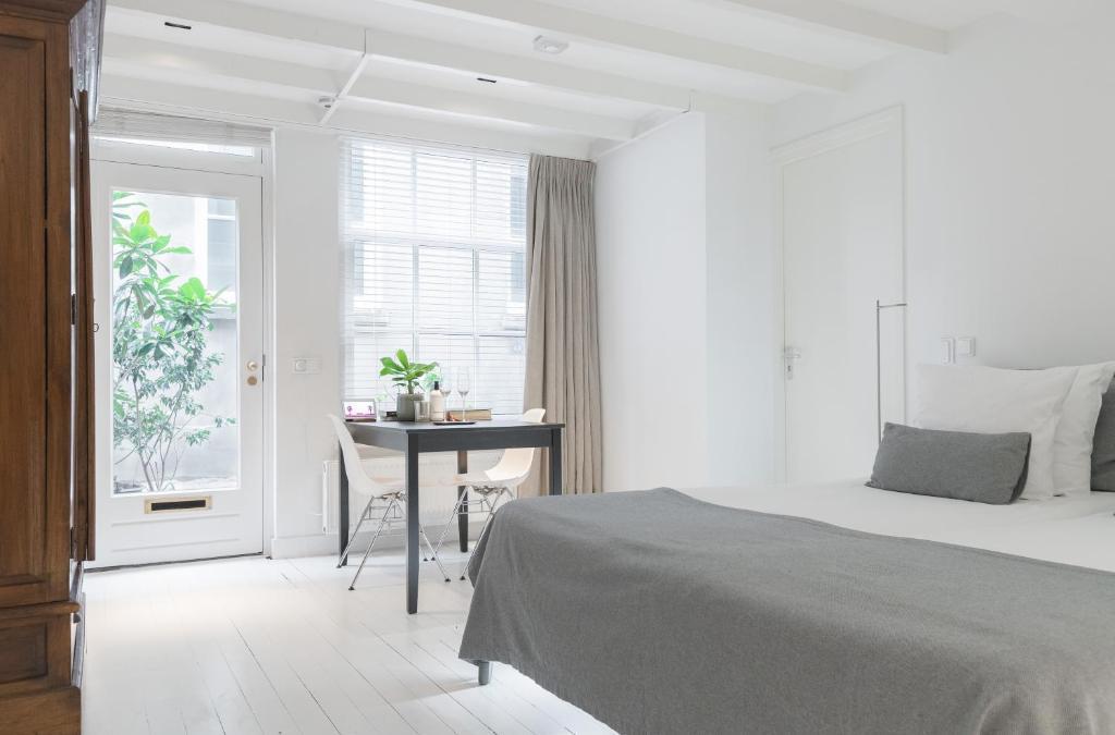 Een bed of bedden in een kamer bij Prinsenhof Suite