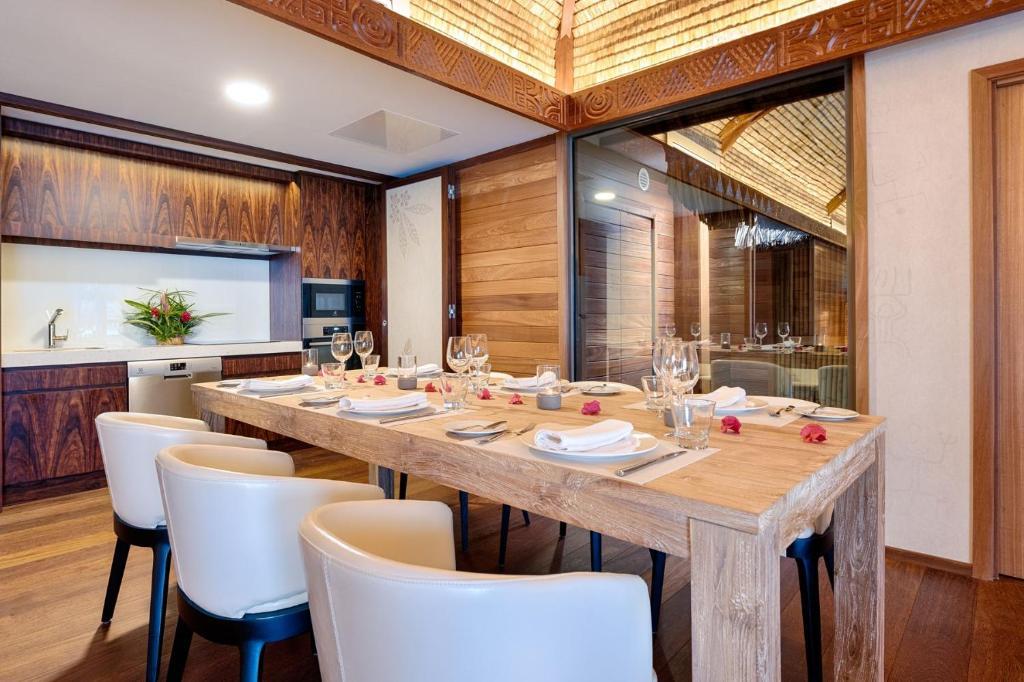 Um restaurante ou outro lugar para comer em Le Bora Bora by Pearl Resorts