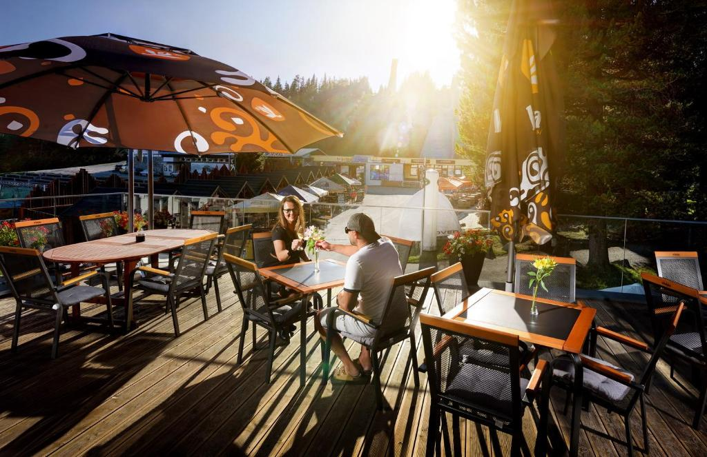 Reštaurácia alebo iné gastronomické zariadenie v ubytovaní Hotel FIS