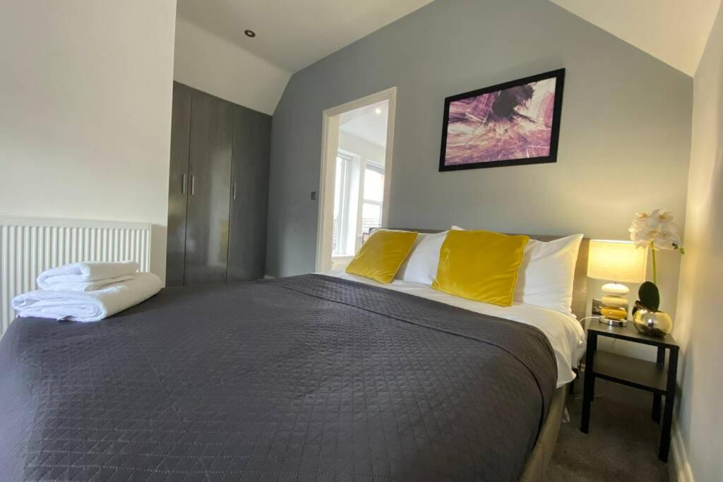 A bed or beds in a room at The Sleek Modern Maidstone Gem