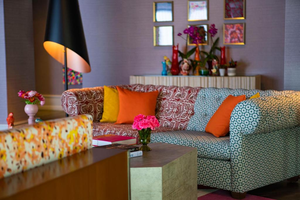A seating area at Hotel Colee, Atlanta Buckhead, Autograph Collection