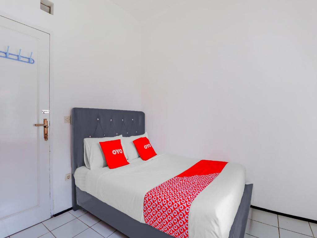 A bed or beds in a room at OYO 90255 Villa Cipendawa Md28 Cianjur