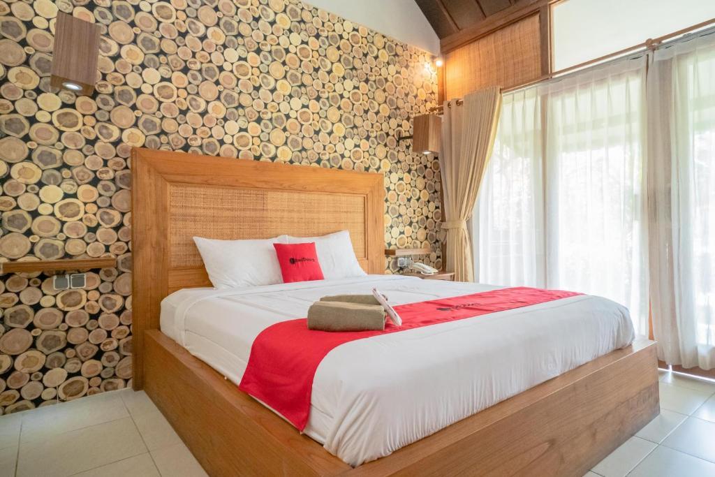 A bed or beds in a room at RedDoorz Plus @ Raya Senggigi Lombok