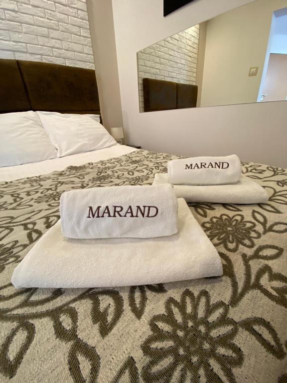 Łóżko lub łóżka w pokoju w obiekcie Hotel Marand