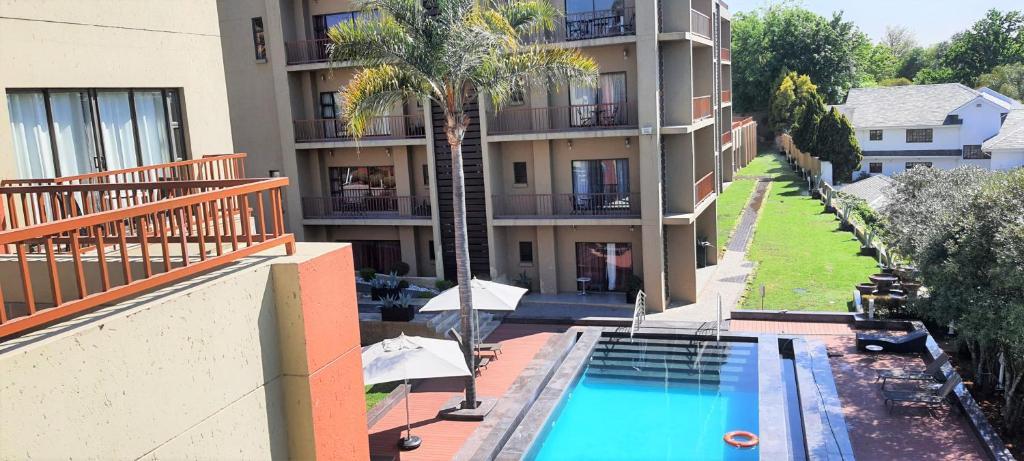 Uitzicht op het zwembad bij St Andrews Hotel and Spa of in de buurt