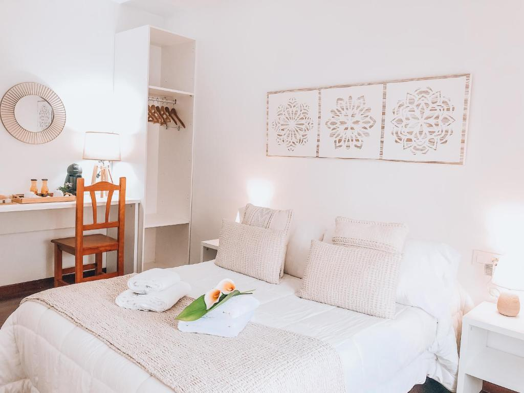 A bed or beds in a room at Pensión As Burgas