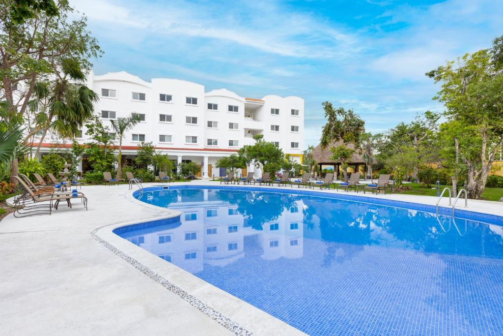 The Courtyard by Marriott Cancun Airport.