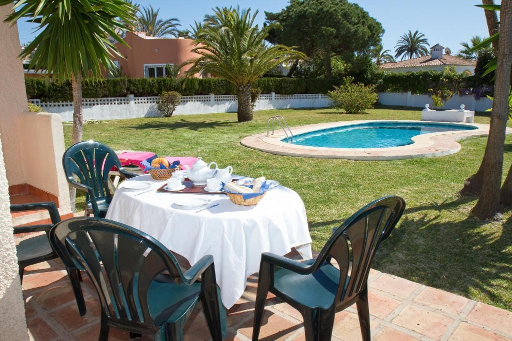 Poolen vid eller i närheten av Villas Marbella