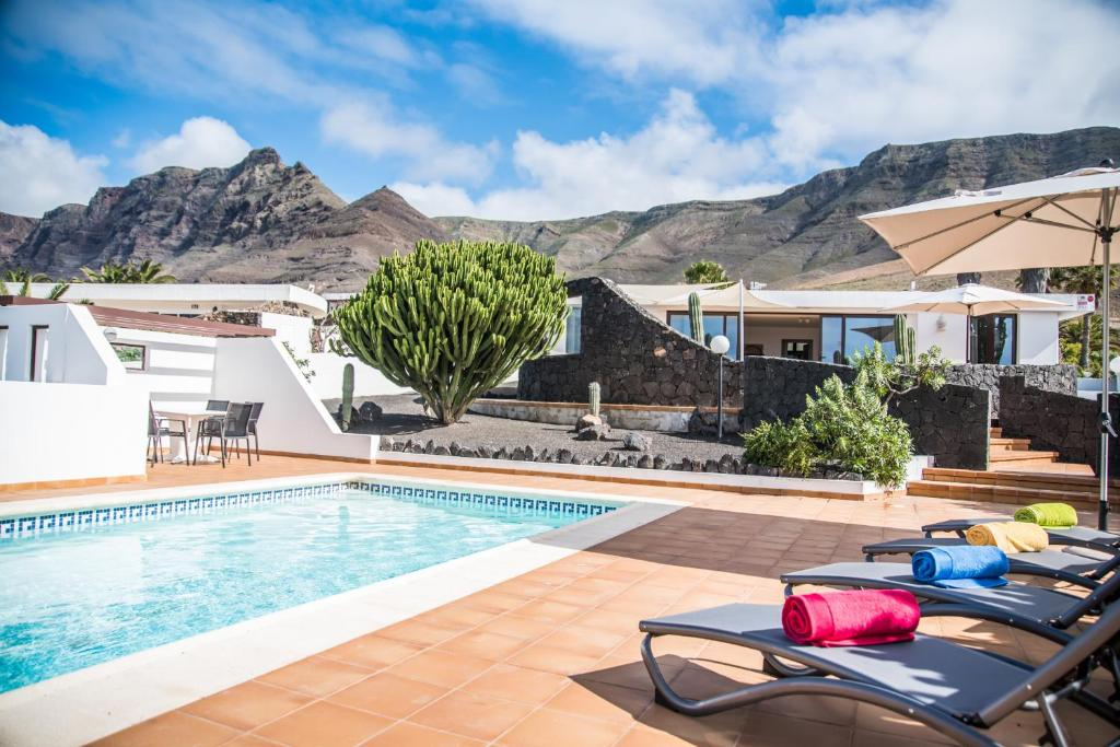 Piscine de l'établissement Casa Marquesa with private heated pool & sea views ou située à proximité