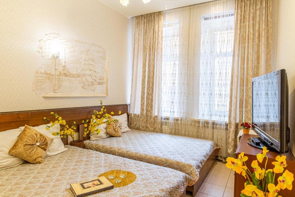 Кровать или кровати в номере Dostoevskinn Kuznechniy