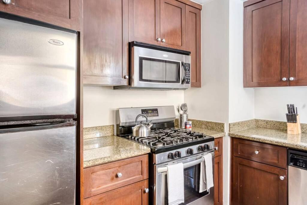 A kitchen or kitchenette at Stay Gia Beautiful 1 Bedroom Apartment Near LAX
