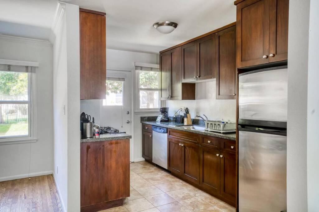 A kitchen or kitchenette at Stay Gia Modern 2 Bedroom Apartment Near LAX