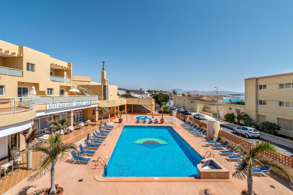 Widok na basen w obiekcie Aparthotel Morasol Atlantico lub jego pobliżu