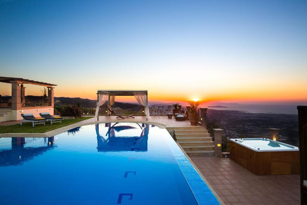 The swimming pool at or close to Villa Golden Hill
