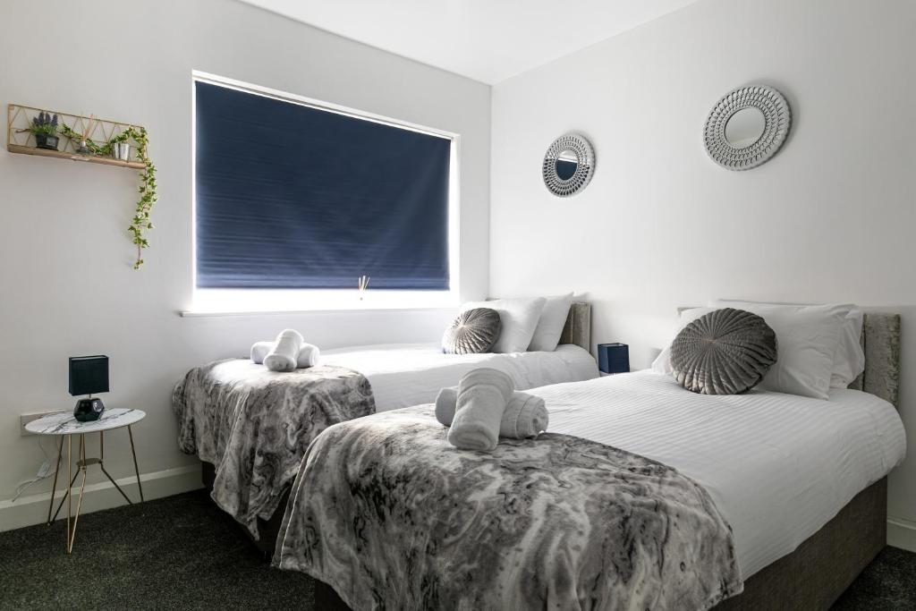 A bed or beds in a room at Bright Fieldhouse Contractor and Family House inc Free Parking by ComfyWorkers