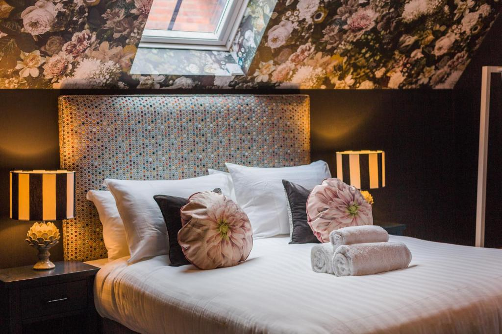 A bed or beds in a room at The Red Lion Stevington