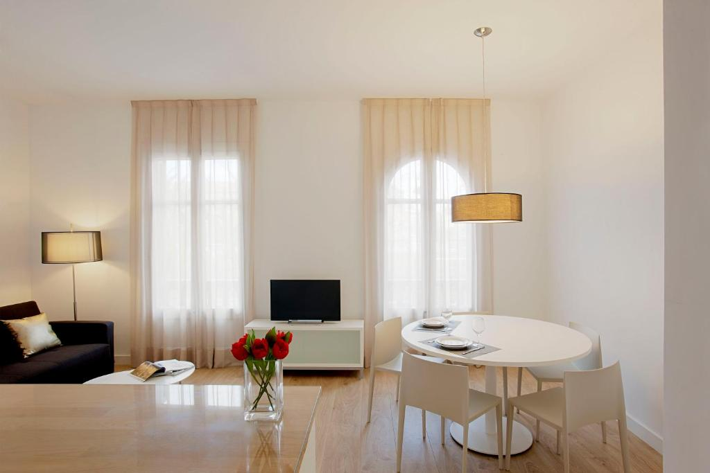 A television and/or entertainment center at Barcelona Apartment Viladomat