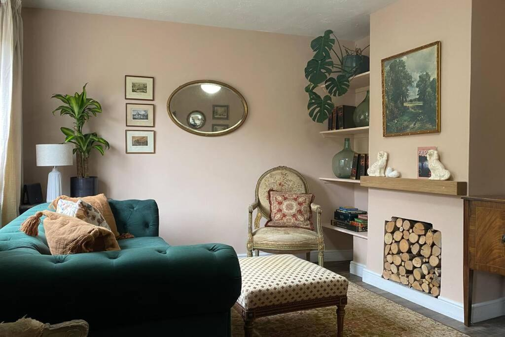 A seating area at Chic Cottage Retreat - Central Frome