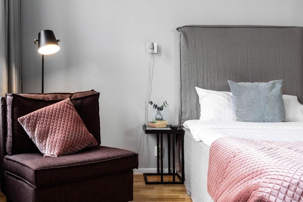 Säng eller sängar i ett rum på Biz Apartment Gärdet