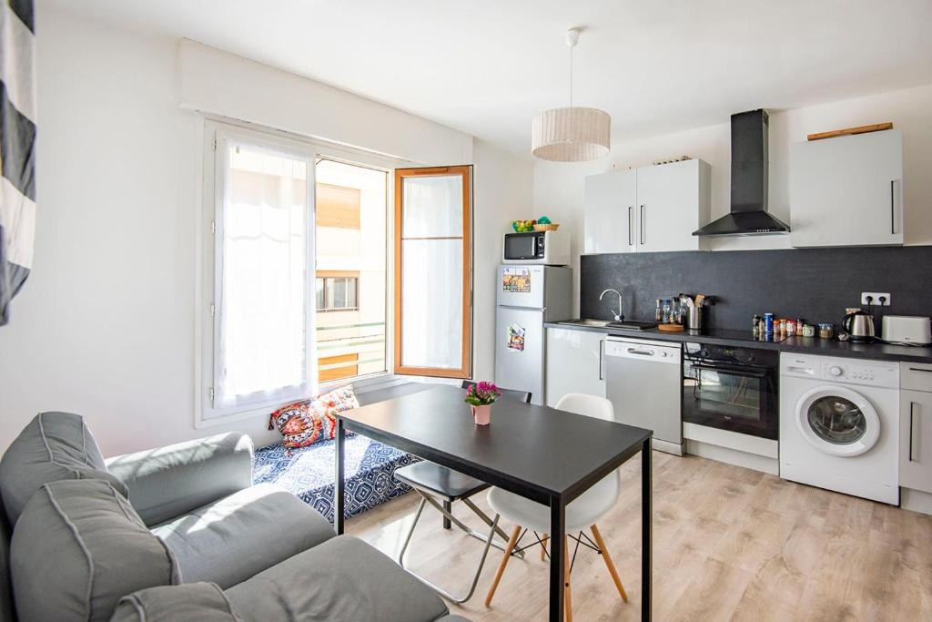 A kitchen or kitchenette at Large apartment 15min from the BEACHES
