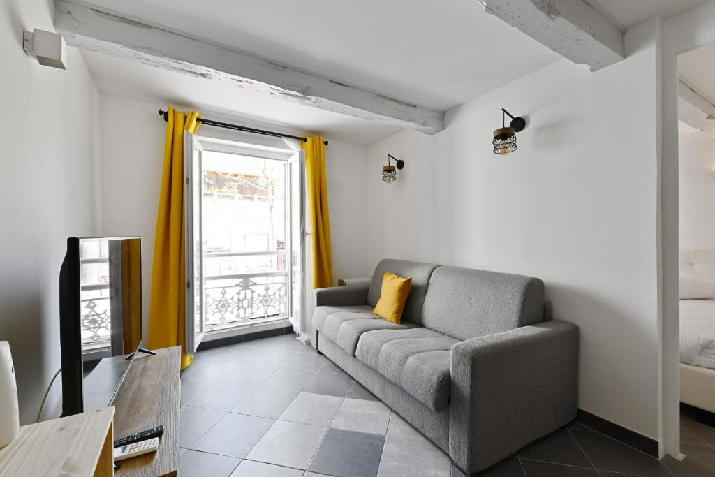 A seating area at Charming flat overlooking the Place de Lenche in Marseille - Welkeys