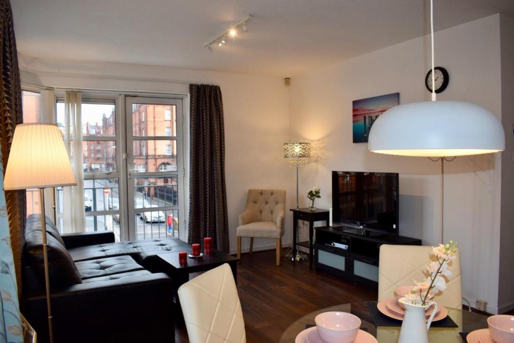2 Bed historical Christchurch with Free Parking!