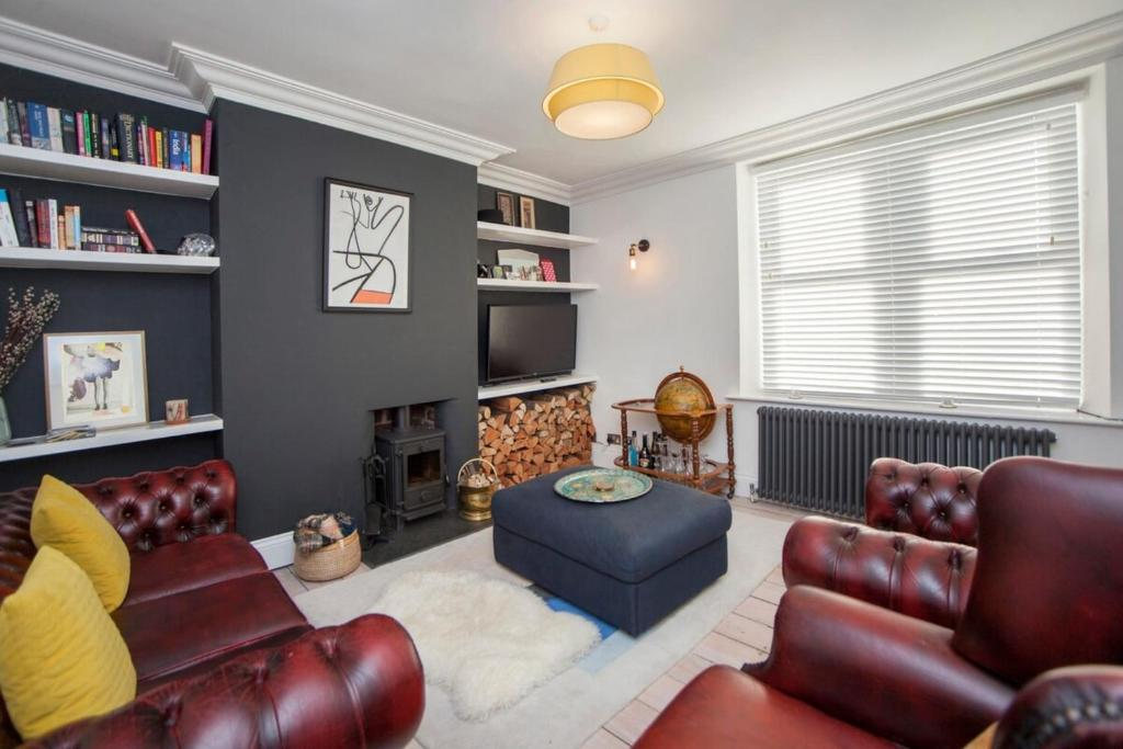 A seating area at Modern and Chic 2BD in Bristol