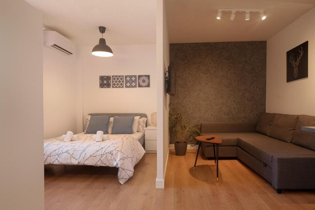 A seating area at Cozy and convenient studio near to Airport