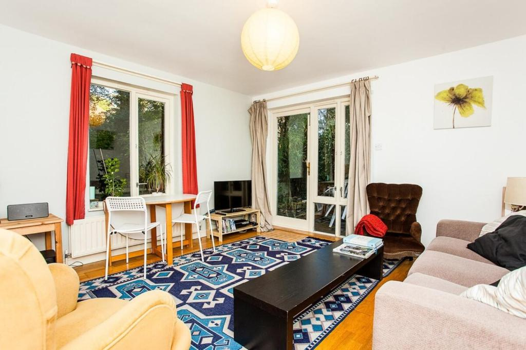 A seating area at Charming Peaceful 2 Bedroom with Parking and Garden